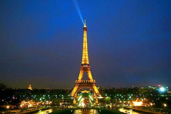 Айфеловата кула през нощта е изключително красива