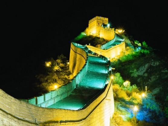 Великата китайска стена - осветена през ноща