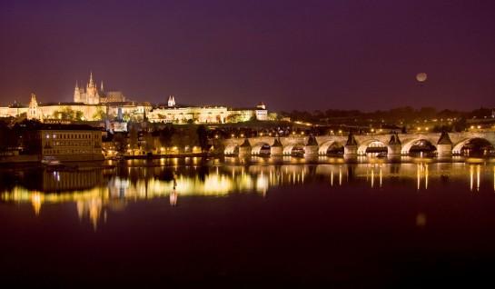Карлов мост в Прага през нощта