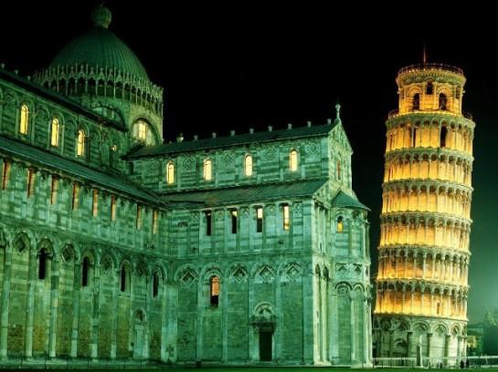 Наклонената кула в Пиза през нощта