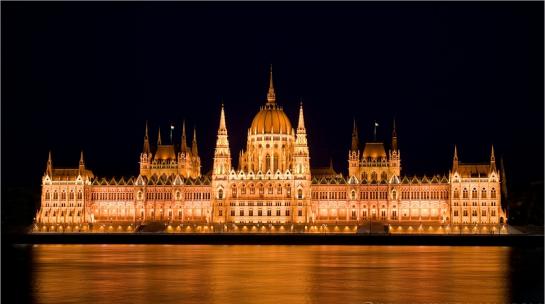 Унгарският парламент през нощта