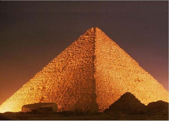 Хеопсовата пирамида през ноща