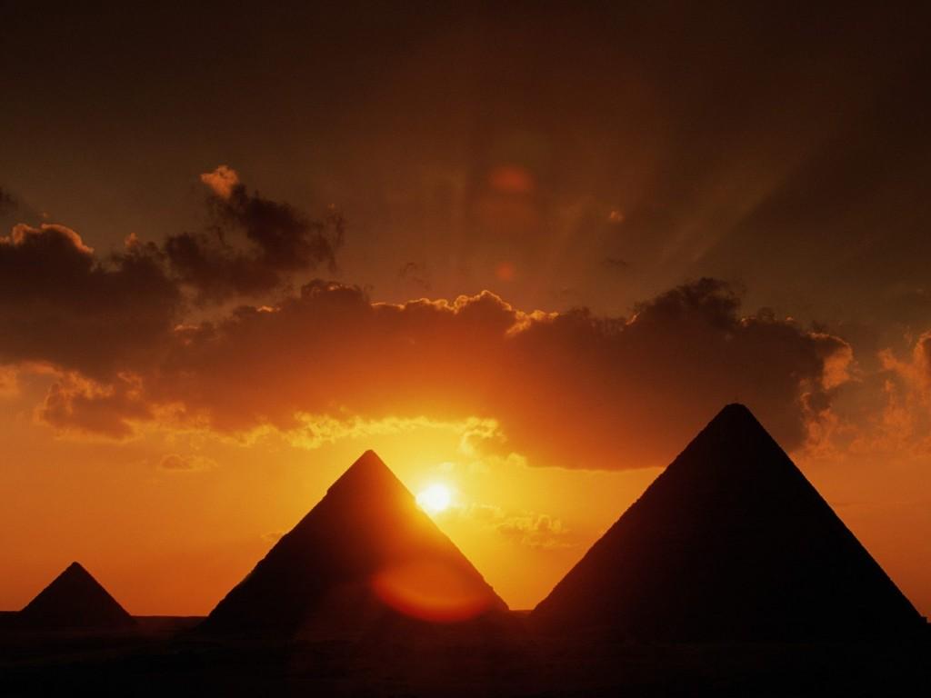 Изглед на Пирамидите край Гиза при залез на слънцето