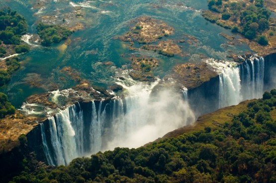 Внушителна гледка към водопада.