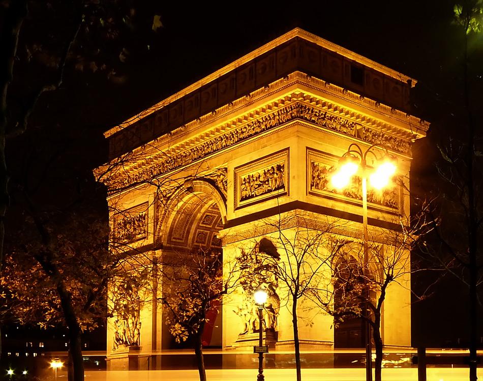 Триумфалната арка в Париж през ноща