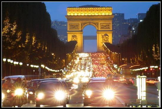 Триумфалната арка в Париж през нощта