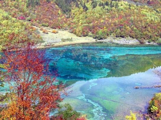 Езеро в долината Цзючжайгоу в Китай