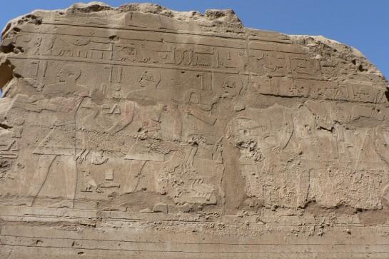Йероглифи по стените на храма в Карнак
