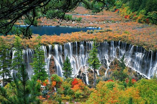 Водопадът в долината Цзючжайгоу омайва хората с уникалната си красота.