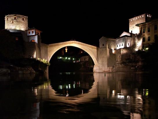 Изглед към Мостар през нощта