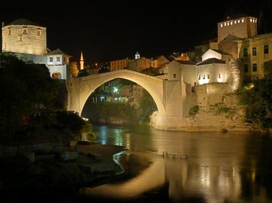 Мостът Мостар през нощта