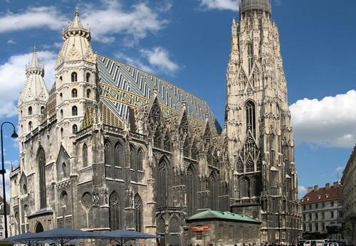 Катедралата Свети Стефан се намира във центъра на Виена