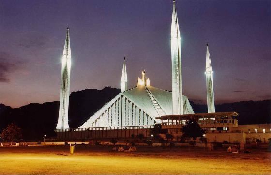 Джамията Шах Фейсал през нощта