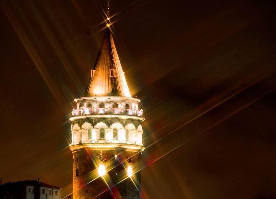 Кулата Галата през нощта