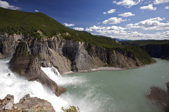 водопад в национален парк нахини